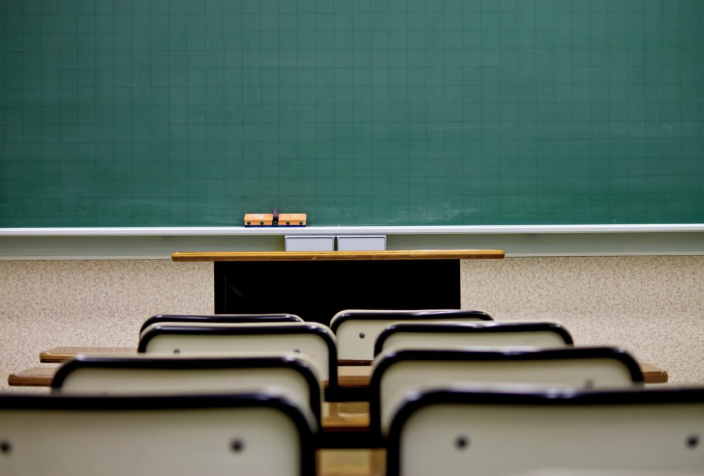 教室内の黒板とイスと机