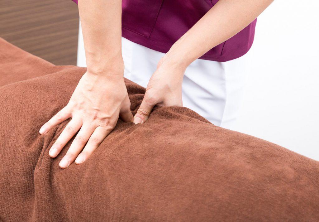 マッサージをする女性の手